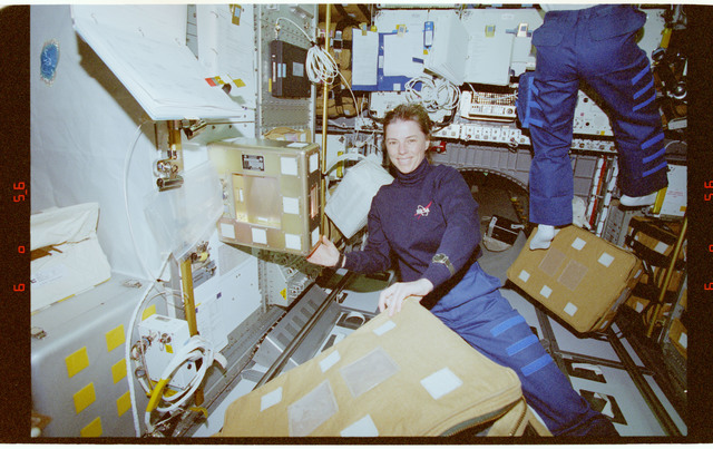 STS089-362-029 - STS-089 - RRMD - MS Dunbar installs the RRMD payload on Spacehab