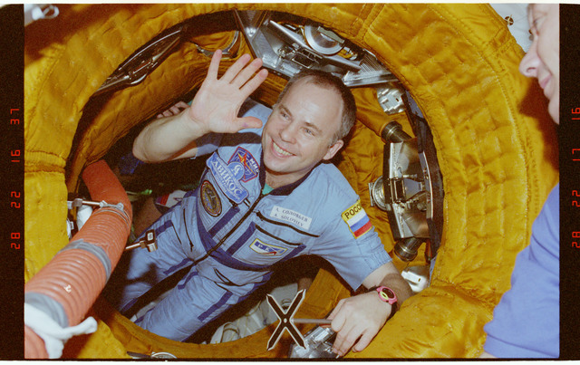 STS089-376-009 - STS-089 - Mir 24 and STS-89 crewmembers appear in the DM airlock before undocking