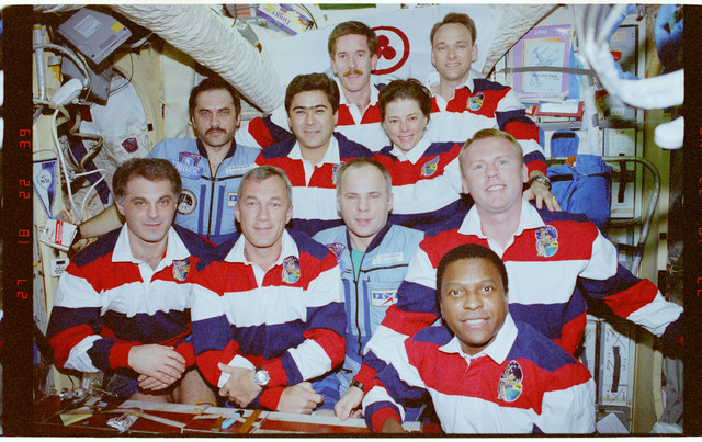 STS089-392-030 - STS-089 - Group portraits of the Mir 24 and STS-89 crews onboard Base Block