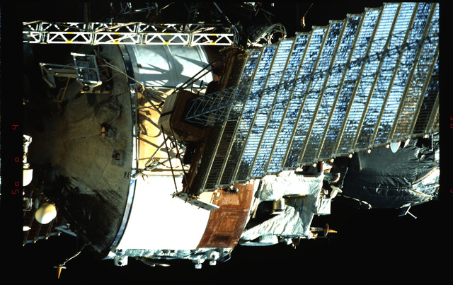 STS091-353-006 - STS-091 - Survey views of the Mir Space Station exterior during flyaround