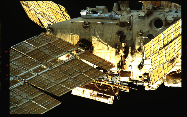 STS091-353-018 - STS-091 - Survey views of the Mir Space Station exterior during flyaround