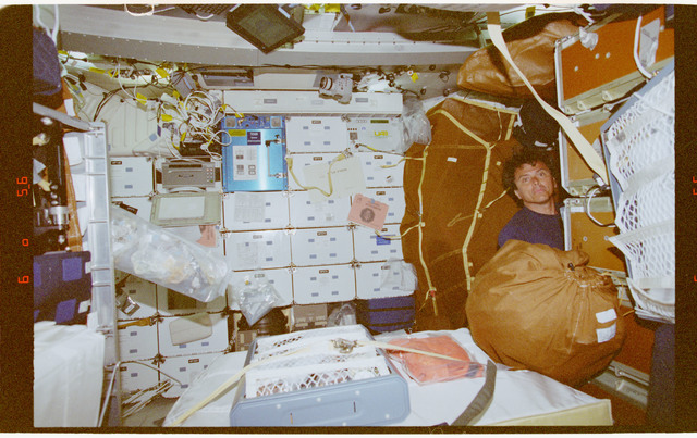 STS091-357-002 - STS-091 - Crewmember activity in the orbiter middeck