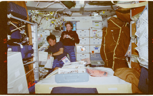 STS091-357-031 - STS-091 - Crewmember activity in the orbiter middeck