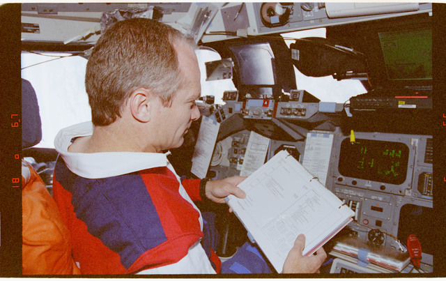 STS091-360-002 - STS-091 - Crewmember activity in flight deck during rendezvous operations