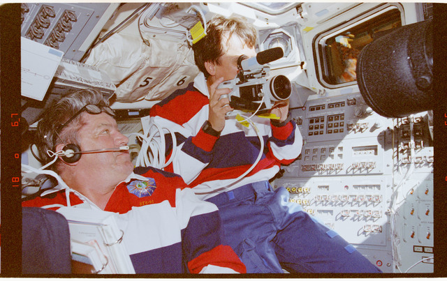 STS091-360-019 - STS-091 - Crewmember activity in flight deck during rendezvous operations