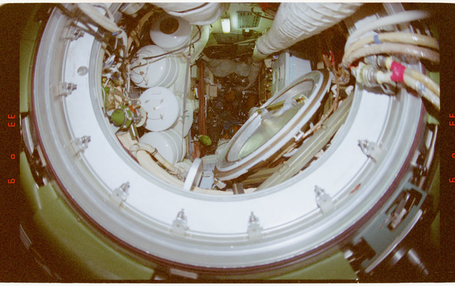 STS091-364-010 - STS-091 - Documentary views of the Mir Space Station interior