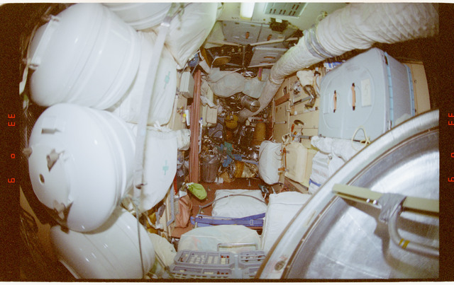STS091-364-011 - STS-091 - Documentary views of the Mir Space Station interior