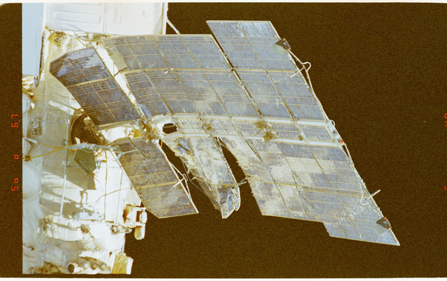 STS091-380-002 - STS-091 - Survey views of the Mir Space Station during flyaround