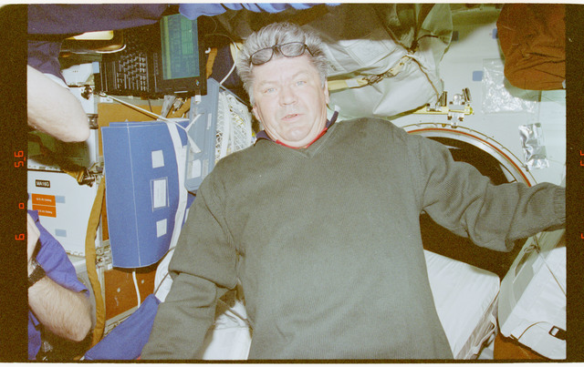 STS091-383-035 - STS-091 - Crewmember activity in the orbiter middeck