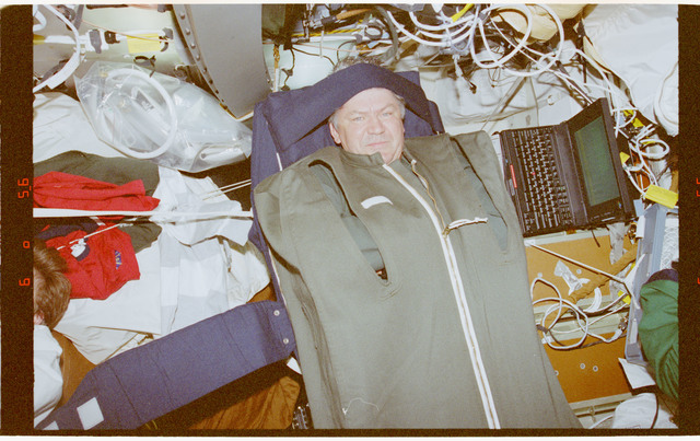 STS091-384-031 - STS-091 - Crewmember activity in the orbiter middeck