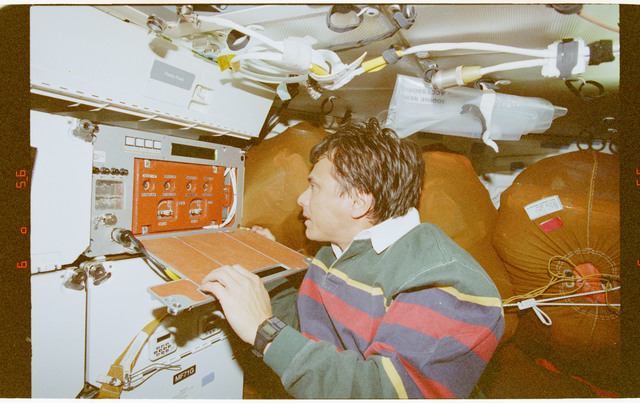 STS091-394-001 - STS-091 - CPCG, Chang-Diaz works with middeck experiment