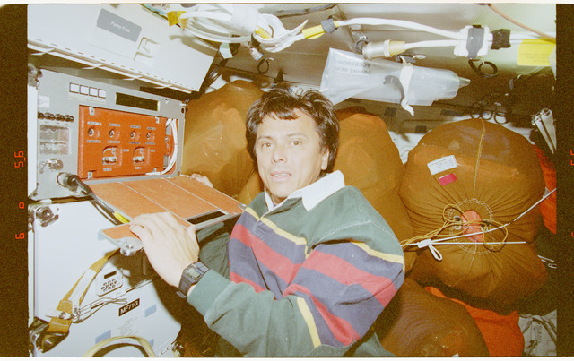 STS091-394-002 - STS-091 - CPCG, Chang-Diaz works with middeck experiment