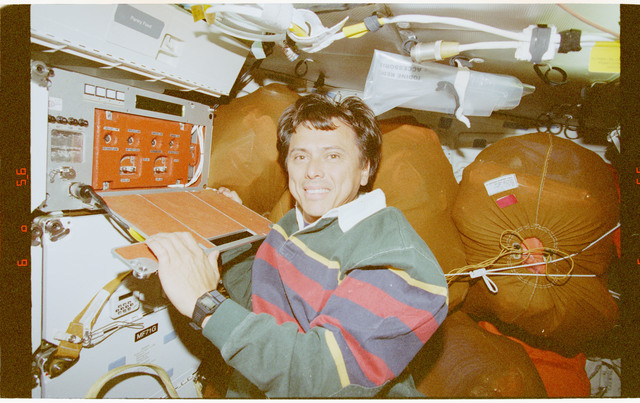 STS091-394-003 - STS-091 - CPCG, Chang-Diaz works with middeck experiment