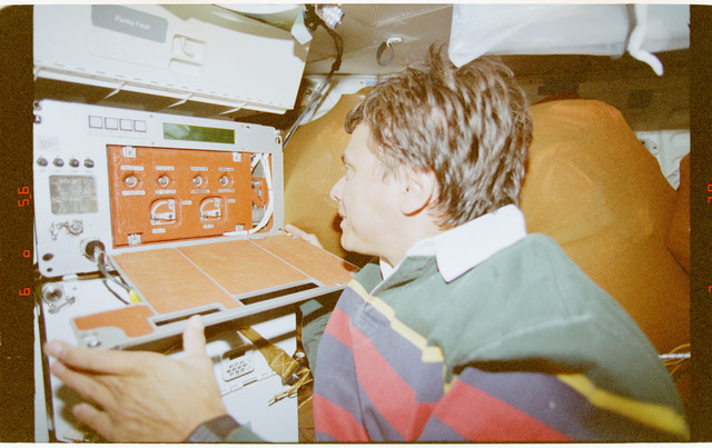 STS091-394-005 - STS-091 - CPCG, Chang-Diaz works with middeck experiment