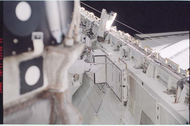 STS092-361-015 - STS-092 - Chiao removes DDCU-HP from side of payload bay;