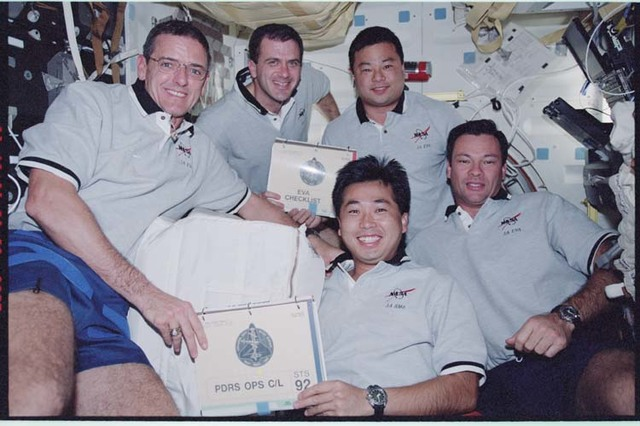 STS092-370-015 - STS-092 - McArthur, Wisoff, Lopez-Alegria, Chiao, Wakata on middeck; Wakata and Melroy