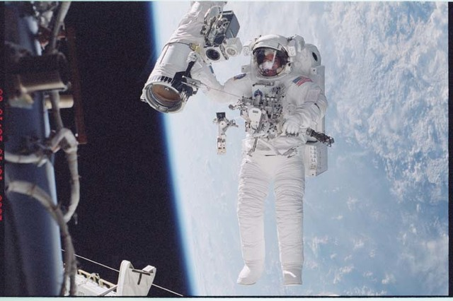 STS092-396-008 - STS-092 - McArthur holds onto the shuttle RMS during EVA