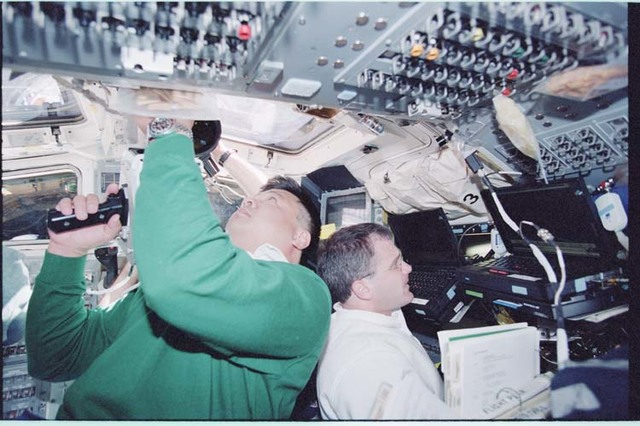 STS092-398-003 - STS-092 - Rendezvous activities in the orbiter flight deck during STS-92