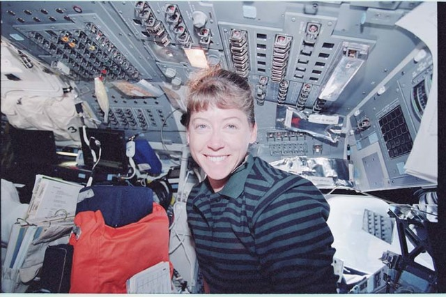 STS092-398-004 - STS-092 - Rendezvous activities in the orbiter flight deck during STS-92