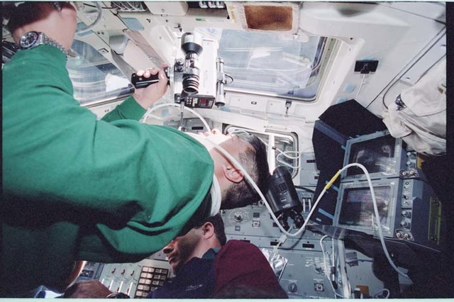 STS092-398-005 - STS-092 - Rendezvous activities in the orbiter flight deck during STS-92