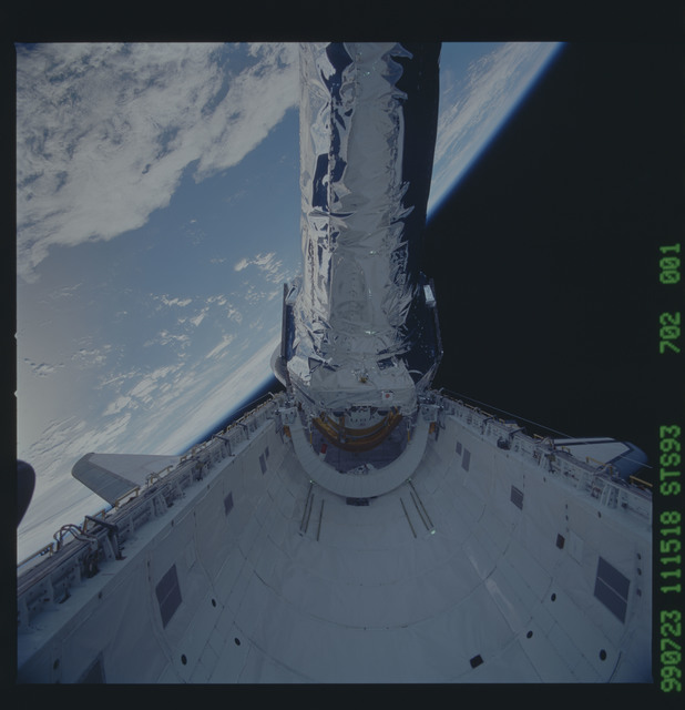 STS093-702-001 - STS-093 - View of the Chandra Observatory during its deployment from Columbia PLB