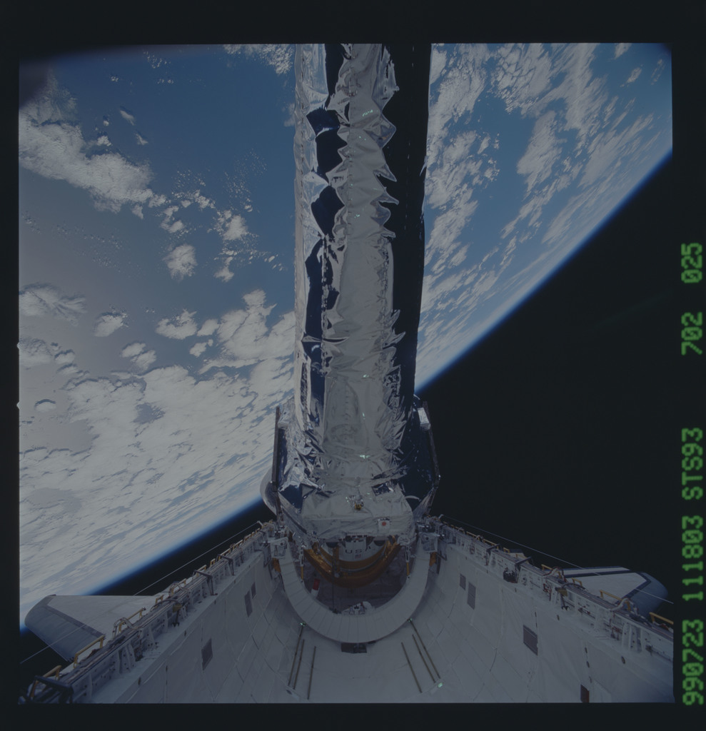 STS093-702-025 - STS-093 - View of the Chandra Observatory during its deployment from Columbia PLB