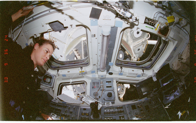 STS096-356-025 - STS-096 - MS Ochoa and MS Payette on the aft flight deck during the EVA