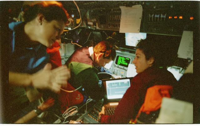 STS096-362-027 - STS-096 - Dark views of PLT Husband and MS Ochoa on forward flight deck