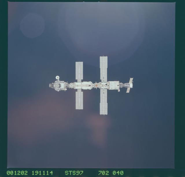 STS097-702-040 - STS-097 - Views of the ISS during Endeavour's initial approach for STS-97