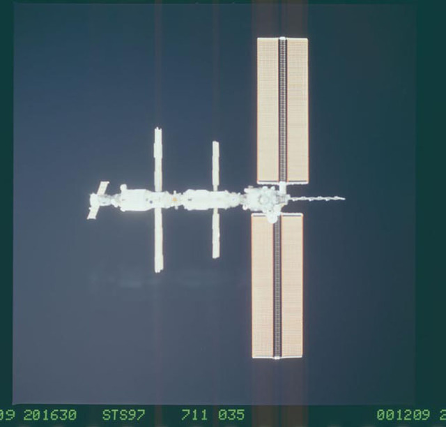 STS097-711-035 - STS-097 - Views of the ISS during Endeavour's final flyaround for STS-97