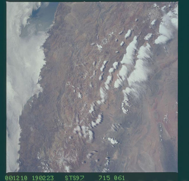 STS097-715-061 - STS-097 - Earth observations of the Andes Mountains taken during the STS-97 mission