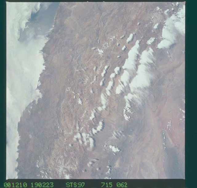 STS097-715-062 - STS-097 - Earth observations of the Andes Mountains taken during the STS-97 mission