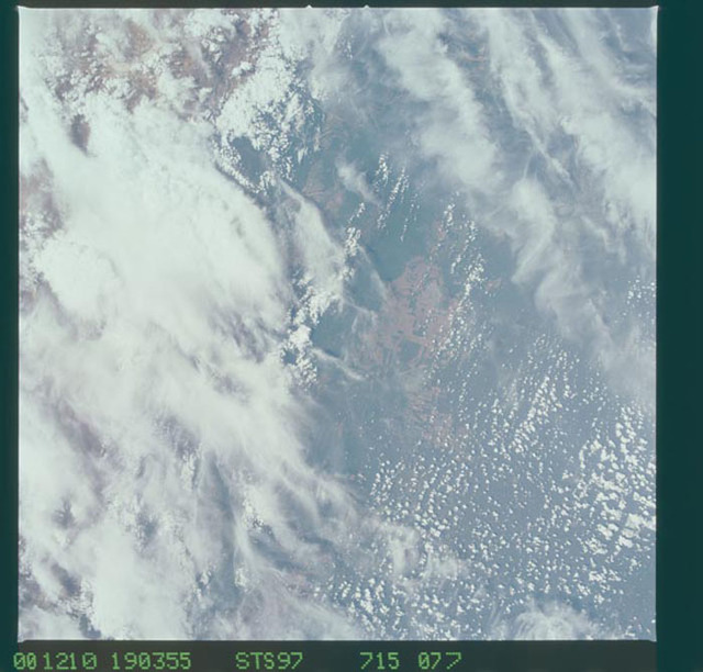 STS097-715-077 - STS-097 - Earth observations of the Andes Mountains taken during the STS-97 mission