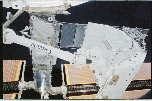STS100-342-023 - STS-100 - View of the SSRMS end effector grappling the Spacelab Pallet taken during STS-100