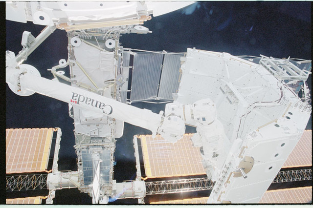 STS100-342-024 - STS-100 - View of the SSRMS end effector grappling the Spacelab Pallet taken during STS-100