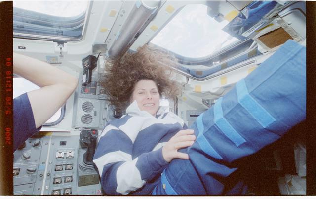 STS101-306-019 - STS-101 - MS Weber on aft flight deck