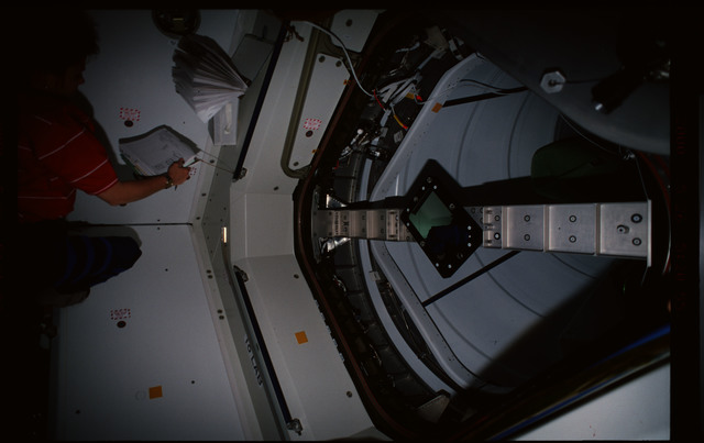 STS101-352-002 - STS-101 - CBCS target mirror attached to bridge on Node 1/Unity hatch during fitcheck