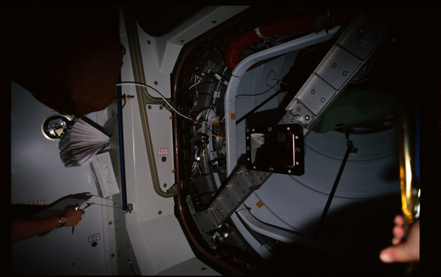 STS101-352-003 - STS-101 - CBCS target mirror attached to bridge on Node 1/Unity hatch during fitcheck