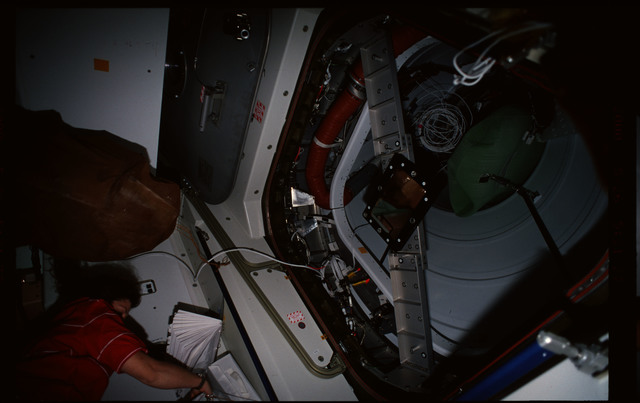STS101-352-004 - STS-101 - CBCS target mirror attached to bridge on Node 1/Unity hatch during fitcheck