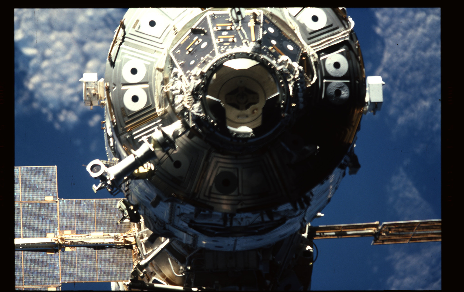 STS101-355-031 - STS-101 - Documentation of the ISS during approach