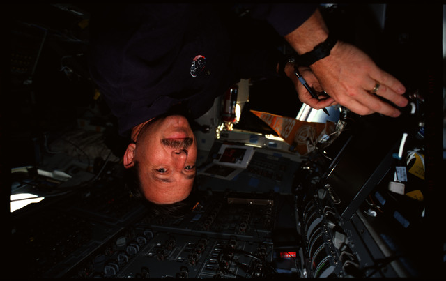 STS101-356-003 - STS-101 - PLT Horowitz with PGSC on flight deck