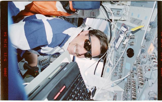 STS101-392-002 - STS-101 - PLT Horowitz on forward flight deck