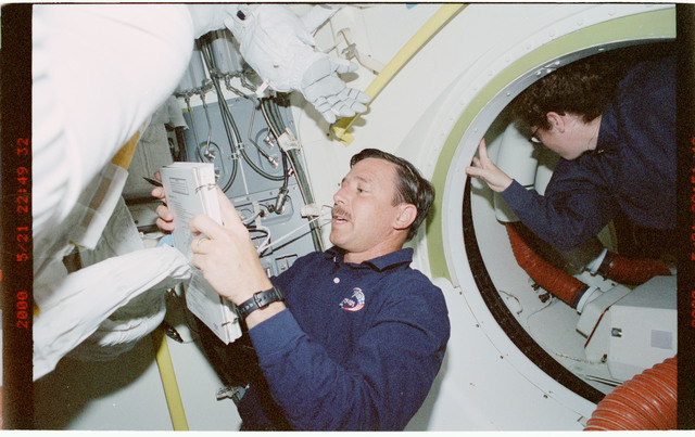 STS101-392-031 - STS-101 - PLT Horowitz and MS Helms prepare for EVA