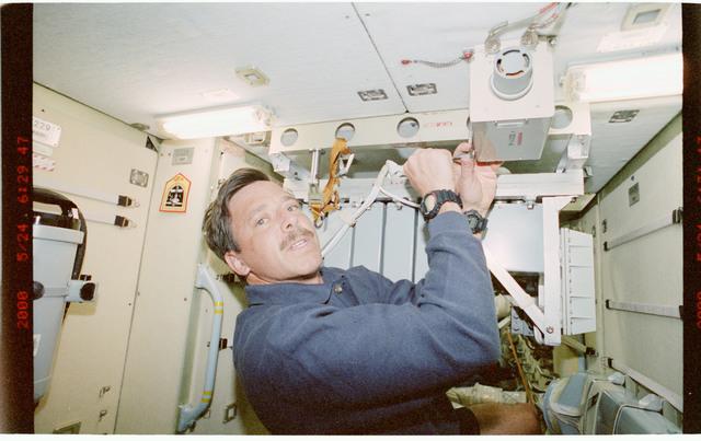 STS101-397-023 - STS-101 - PLT Horowitz installs a smoke detector aboard the FGB/Zarya module