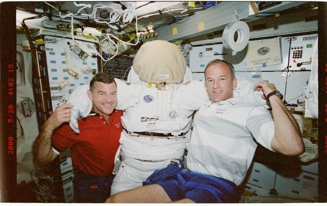 STS101-399-032 - STS-101 - MS Williams and Voss pose with EMU