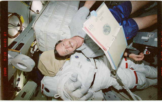 STS101-399-034 - STS-101 - PLT Horowitz on middeck with EMU