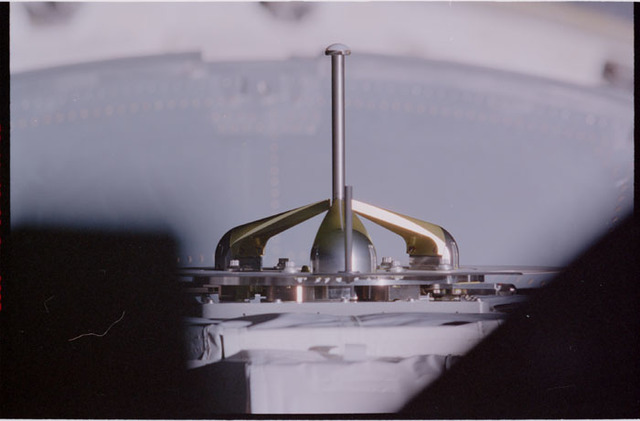 STS105-302-002 - STS-105 - Grapple fixture on EAS in orbiter payload bay
