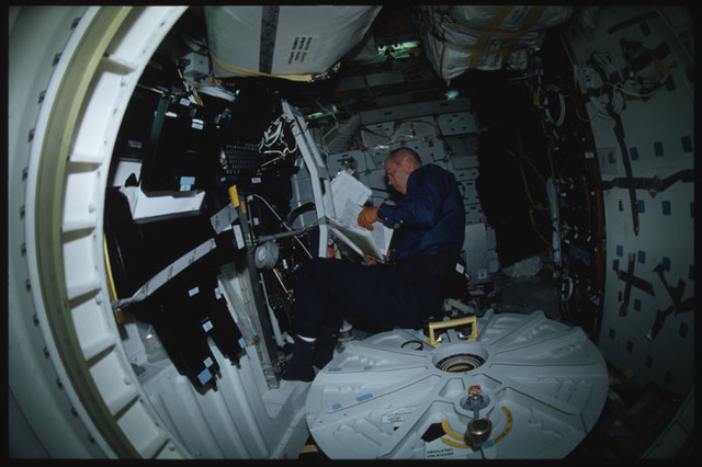 STS105-304-019 - STS-105 - Barry prepares to setup the OSVS procedure