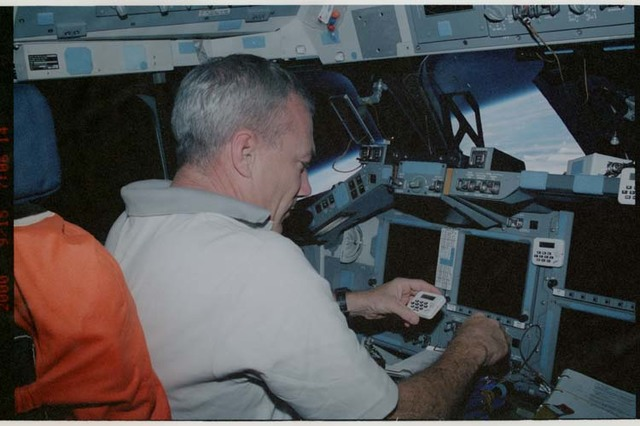 STS106-308-016 - STS-106 - Commander Wilcutt works at the commander's workstation during STS-106