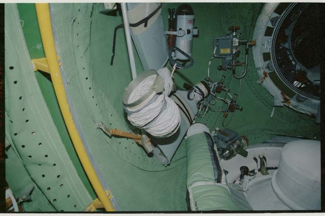 STS106-319-001 - STS-106 - Ventilation ducts, fire extinguisher and hatch in the FGB during STS-106